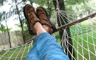 Avstrijcu v Trstu 300 evrov globe, ker je ob morju spal v viseči mreži