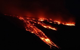 Po živahnem pljuskanju je vulkan Etna spet izbruhnil, zaradi dima zaprli letališče