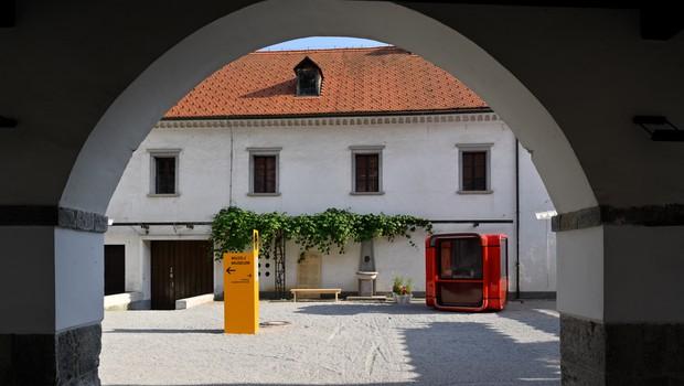 Projekt Plasti časa za sodobno prenovljeno dvorišče Gradu Fužine (foto: Miran Kambič)
