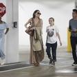 Angelina v družbi moškega: Oboževalci zgroženi nad njeno suhljatostjo!