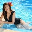 Natalija Verboten še kako uživa ob domačem bazenu; pije se vino, ne manjkajo niti čevapčiči