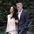 Amal Clooney je elegantna, tudi ko je bosonoga!