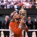 PRVAK<br /> Takole je vzdignil pokal po peti zaporedni zmagi v Wimbledonu julija 1980. (foto: Foto: Profimedia Profimedia, Afp)