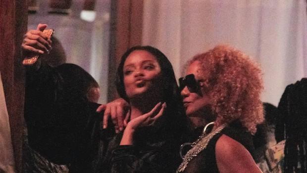 Opala! Rihanna se je sprostila ob kakšnem kozarčku preveč! (foto: Profimedia)