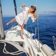 Nuša Derenda pri 50 letih osuplja v bikiniju in navdušuje s skoki v morje
