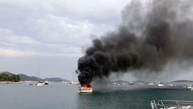 Pri otoku Istu zagorela barka, s katere so rešili slovensko družino (foto: STA)