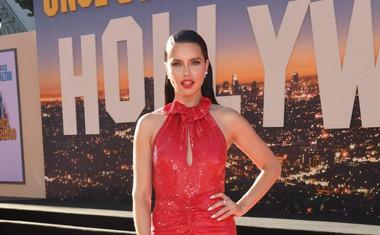 Adriana Lima je blestela v rdeči obleki Magde Butrym, ki jo je dopolnila s Chopardovim nakitom in čevlji Christiana Louboutina.