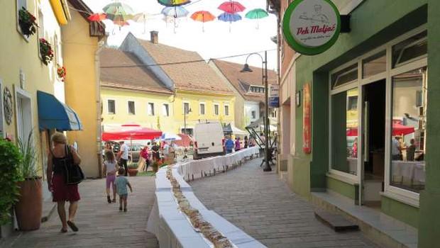 Na Koroškem se tudi letos sladkajo s 120-metrskim jabolčnim zavitkom! (foto: Vesna Pušnik Bezovnik/STA)