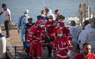 Migrante z ladje Open Arms so izkrcali na Lampedusi