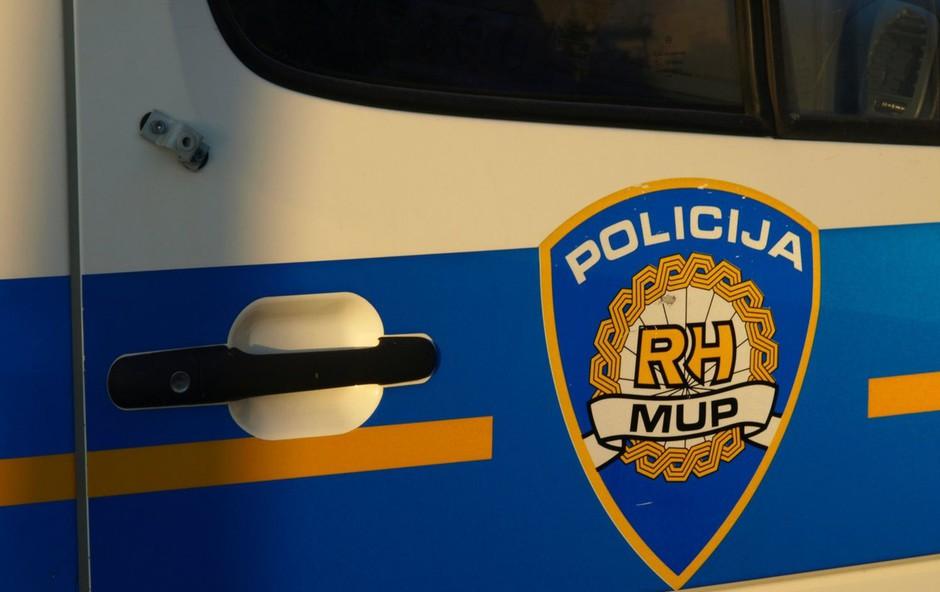 Hrvaška policija išče voznika kombija, ki je prevažal prebežnike, zapeljal v Kolpo in pobegnil (foto: profimedia)