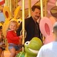 Bradley Cooper užival v družbi hčerke: Z brki skoraj neprepoznaven!