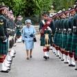 Kraljica Elizabeta II. pred počitnicami počastila častno stražo