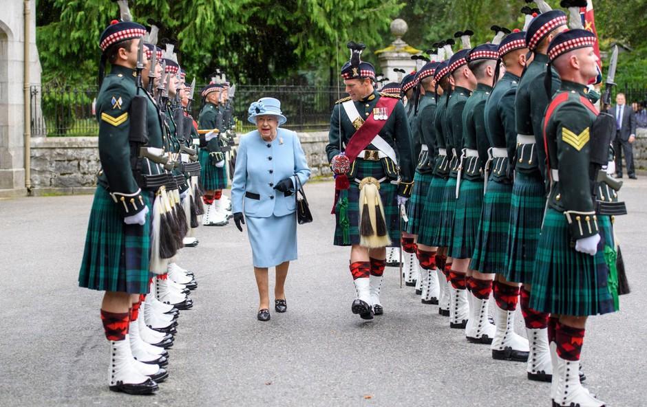 Kraljica Elizabeta II. pred počitnicami počastila častno stražo (foto: Profimedia)