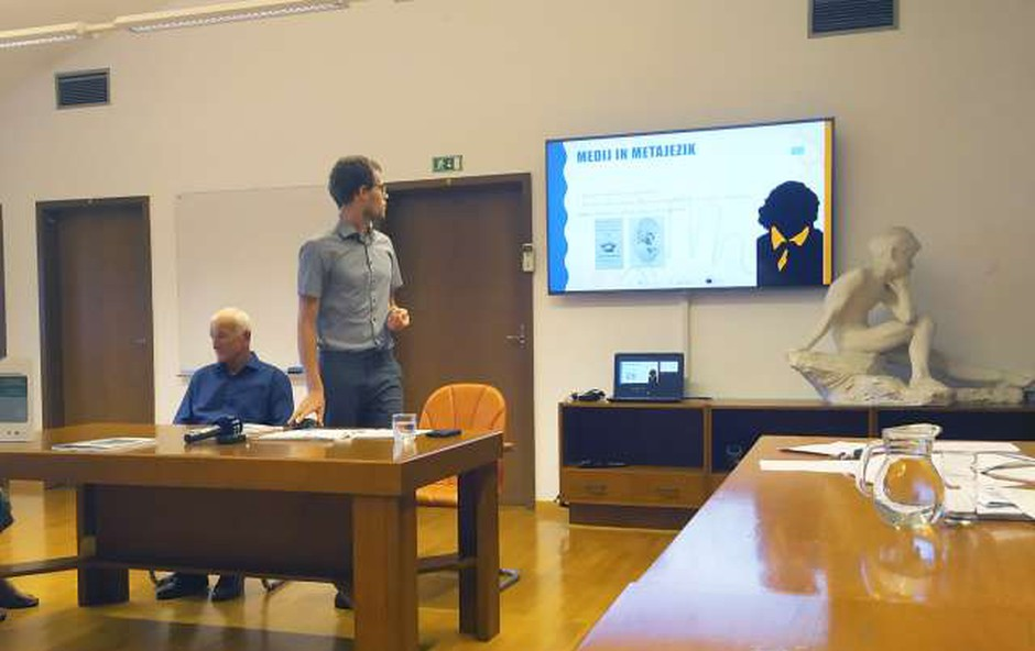 Video slovnica slovenskega znakovnega jezika za gluhe in naglušne (foto: STA/Izabela Ravnikar)