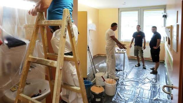 Prostovoljci začeli barvanje oddelka na pediatrični kliniki (foto: Daniel Novakovič/STA)