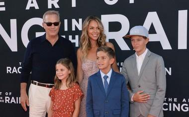 Zvezdnik filma Kevin Costner s soprogo Christine Baumgartner in njunimi otroki Grace Avery Costner, Hayes Logan Costner in Cayden Wyatt Costner.