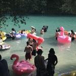 Plaža je bila polna razgretih teles in napihljivih vodnih igrač. (foto: Foto: Korona)