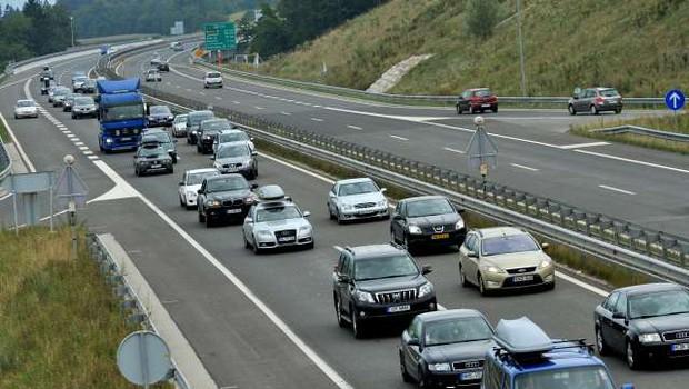 Na gorenjski avtocesti kolona dolga približno 11 kilometrov (foto: Tamino Petelinšek/STA)