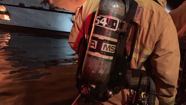 Pred kalifornijsko obalo v goreči ladji umrlo več ljudi, na desetine jih še pogrešajo (foto: profimedia)
