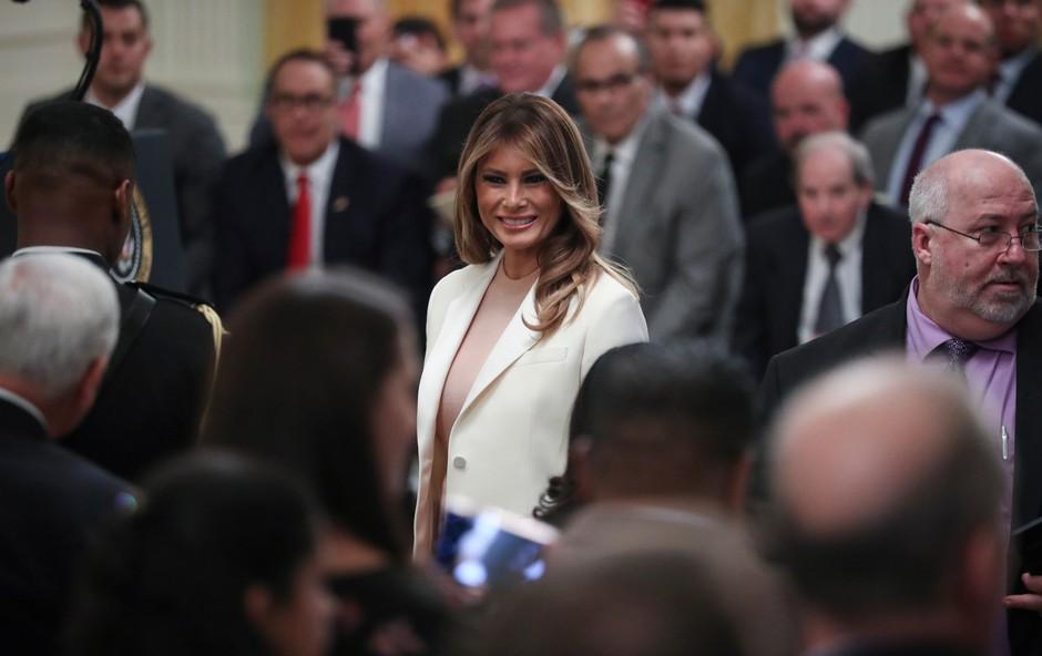 Melania Trump v hlačah, ki še bolj poudarijo njeno vitko postavo (foto: Profimedia)
