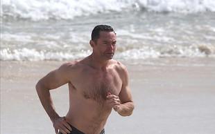 Hugh Jackman v top formi na plaži