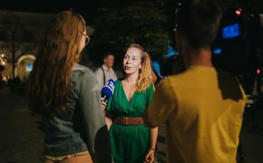 Ana Kajzer, programska direktorica SiTi Teatra BTC med dajanjem izjave.