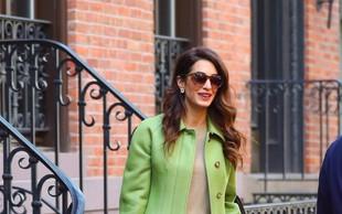 Amal Clooney osvojila z zelenim kostimom