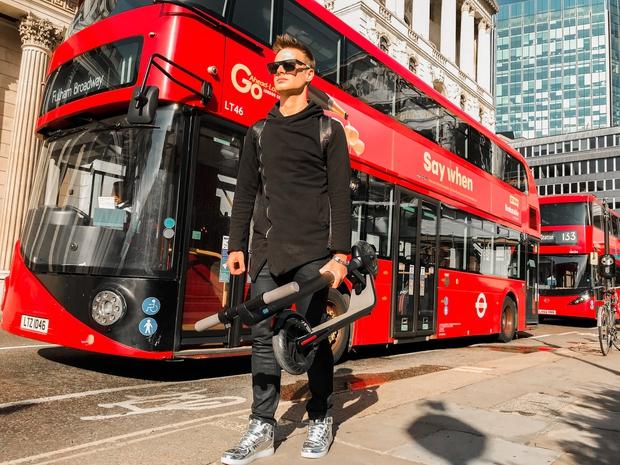 Skiroja sta postala obvezen del življenja, saj še kako prihranita čas (foto: Kolv Media London)