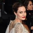 """Angelina Jolie se je slekla za naslovnico revije in priznala: """"Zaradi Brada sem ostala v ZDA"""""""
