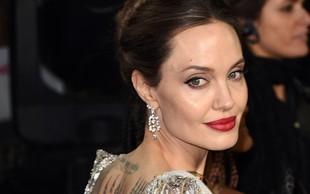 Angelina Jolie znova presenetila - tokrat s srebrno obleko
