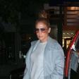 Jennifer Lopez ujeli v družbi mlajše sestre. Tudi ona je videti odlično!