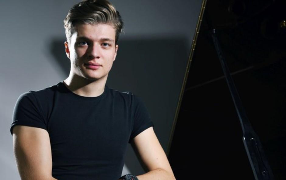 Bratko je edini na svetu, ki na umetniški ravni igra na čisto nov inštrument tenorski helikon (foto: Mateja Jordovič Potočnik)
